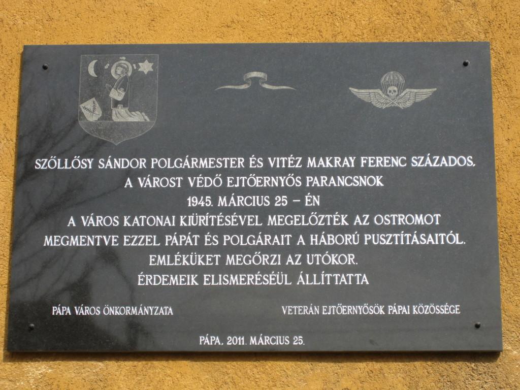 A Török Bálint utcában az egykori ejtőernyős tiszti ház falán 2011-ben elhelyezett és felavatott emléktábla