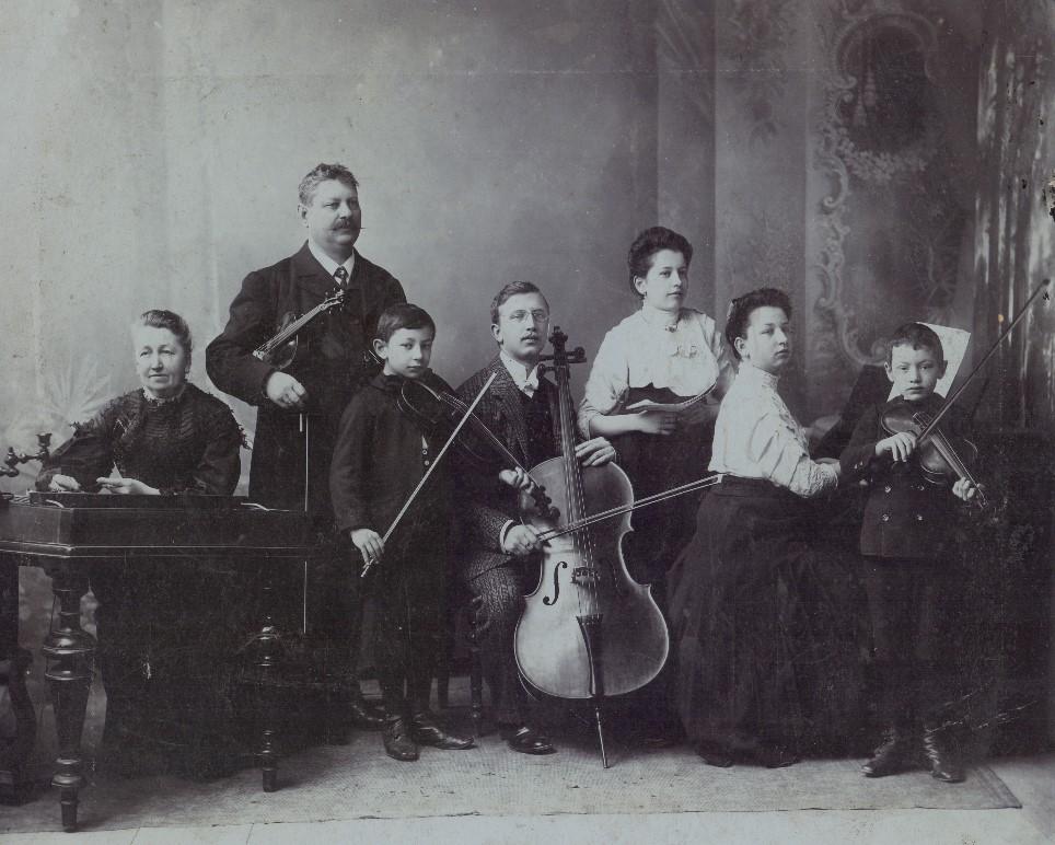 A Gáthy család: balról jobbra: Neuhauser Izabella - Gáthy Zoltánné, Gáthy Zoltán, Gáty Ferenc, Gáthy István, Gáty Lenke, Gáty Izabella és Gáty Miklós