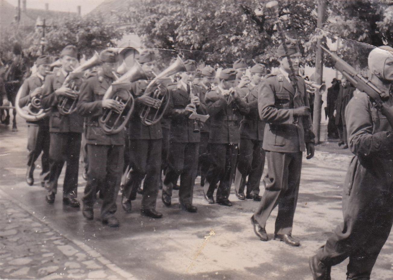 Ejtőernyős temetésen a Leventezenekar 1944-ben Bircher József vezetésével
